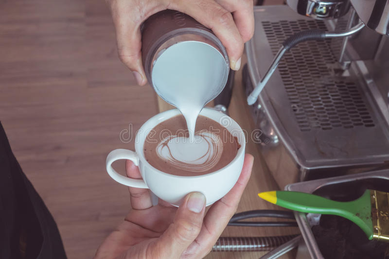 Art en forme de coeur de latte photos stock