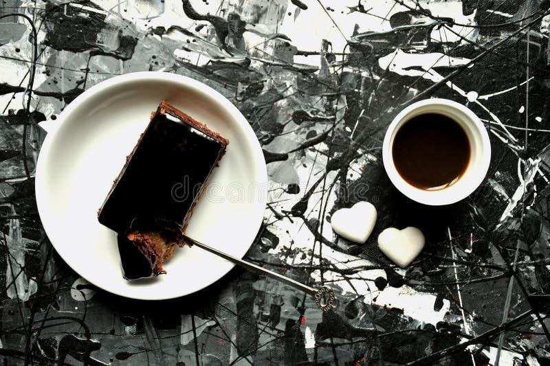 Art et nourriture : petit déjeuner avec le gâteau de café et de chocolat photographie stock