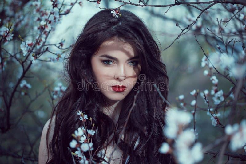 Art Fashion Spring Model Girl stående i nattskog fotografering för bildbyråer