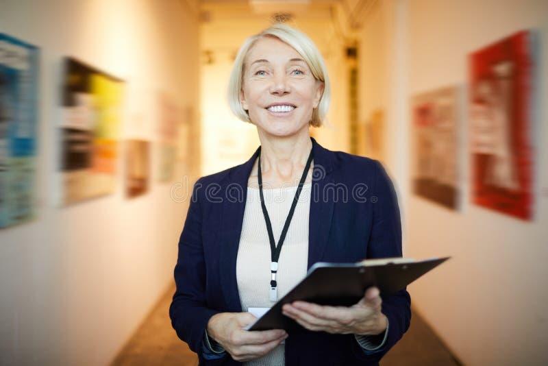 Art Gallery Manager sonriente fotografía de archivo