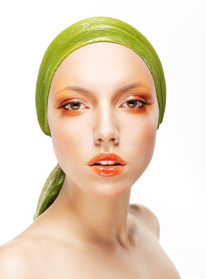 Art. Glamorous Woman dans le Headwear vert et le maquillage professionnel à la mode images libres de droits