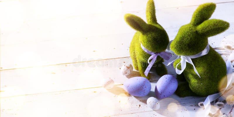 Art Happy Easter Day; coelhinho da Páscoa e ovos da páscoa da família fotos de stock