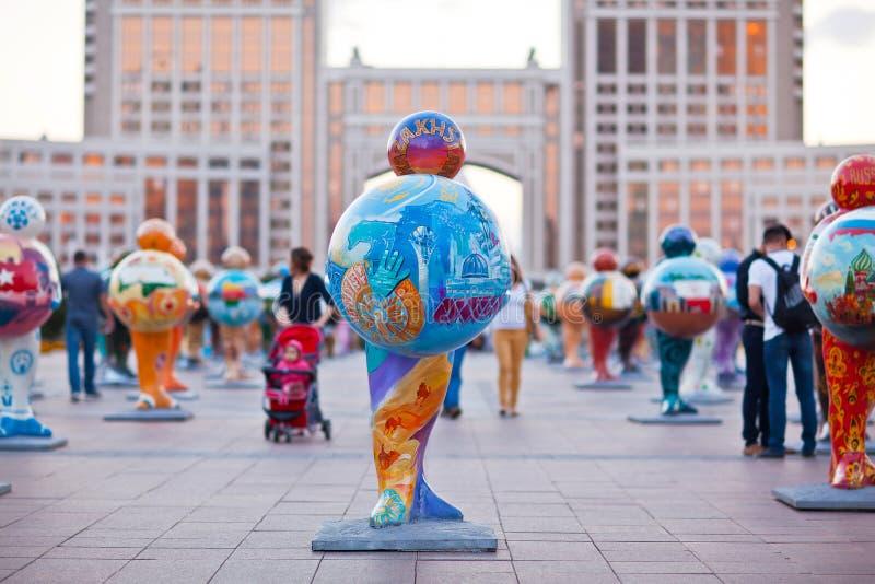 Art - installation, symbolisant des pays du monde astana kazakhstan photos stock
