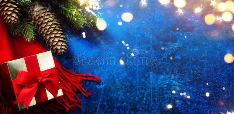 Art Merry and Bright Christmas e Happy New Year saudando feriados com as decorações das árvores de Natal e presentes de Natal fotos de stock