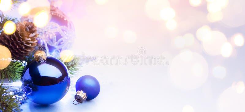 Art Merry Christmas och lyckligt nytt år; ljus feriebackgrou arkivfoton