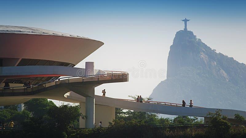 Art Museum Contemporary Art Museum contemporâneo em Niteroi com estátua de Cristo fotos de stock royalty free