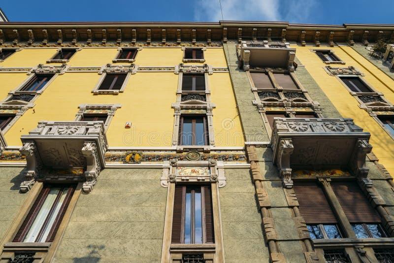Art nouveau, architecture de style de liberté sur la façade du bâtiment à Milan, Italie photos stock