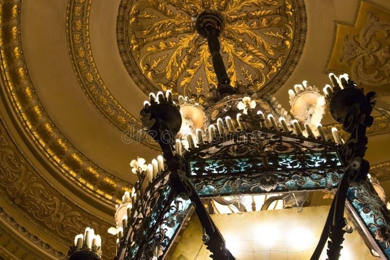 Art Nouveau Chandelier no teatro velho foto de stock