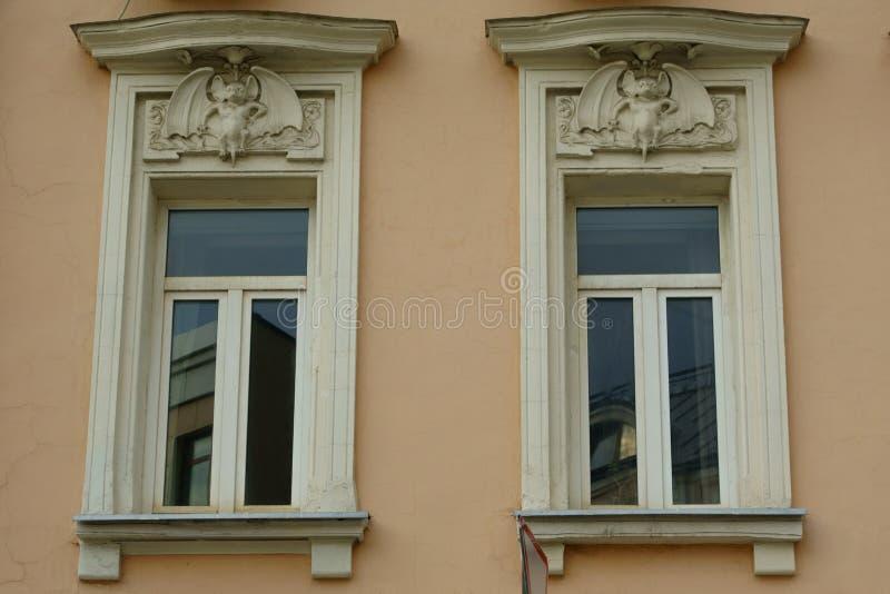 Art Nouveau-decoratie van de voorgevel van het Huis met knuppels stock foto's