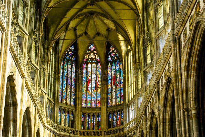 Art Nouveau målareAlfons Mucha Stained Glass fönster i St Vitus Cathedral, Prague arkivbilder