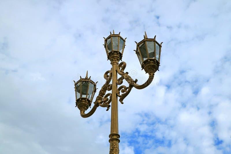 Art Nouveau Style Street Lamps bonito contra o céu nebuloso de Buenos Aires, capital de Argentina fotos de stock royalty free