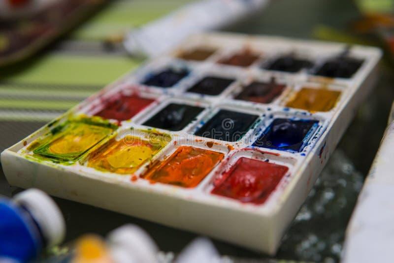 Art Palette com as pinturas coloridas próximas acima da vista Paleta aberta da aquarela do Aquarelle em Art Studio Open Space Art imagens de stock