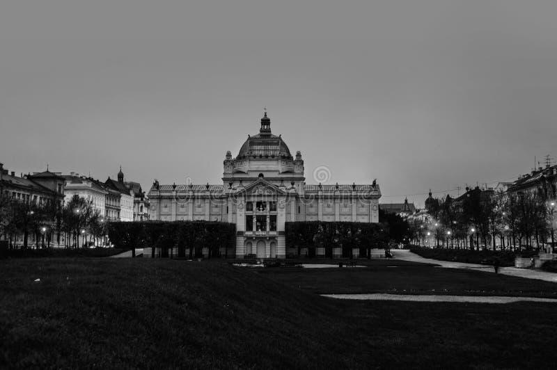 Art Pavilion byggnad i Zagreb, Kroatien i morgonen, mörker - blå himmel i höst svart white fotografering för bildbyråer