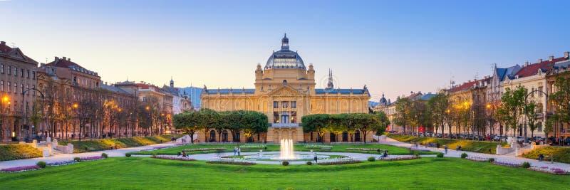 Art Pavilion en Park bij zonsondergang in Zagreb, Kroati? royalty-vrije stock foto's