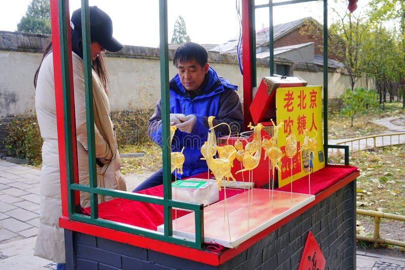 Art populaire de chinois traditionnel - travail manuel de soufflement de vieux sucre de Pékin image stock