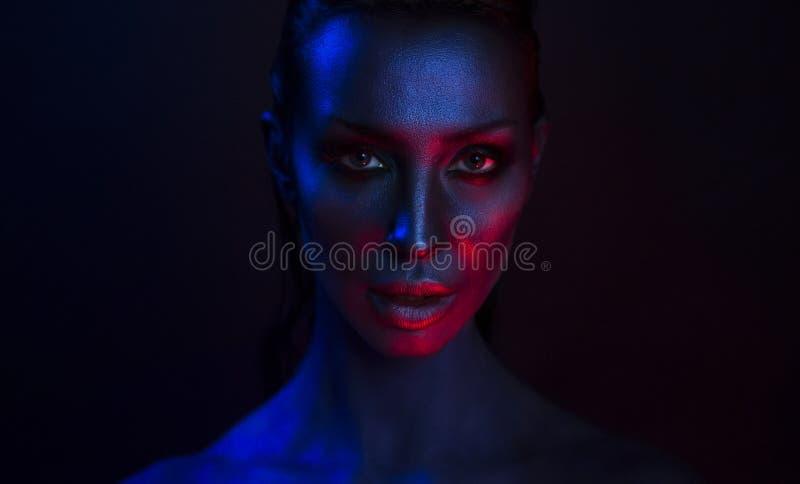 Art Portrait av den härliga sexiga unga kvinnan med den glamorösa mystiker arkivbild