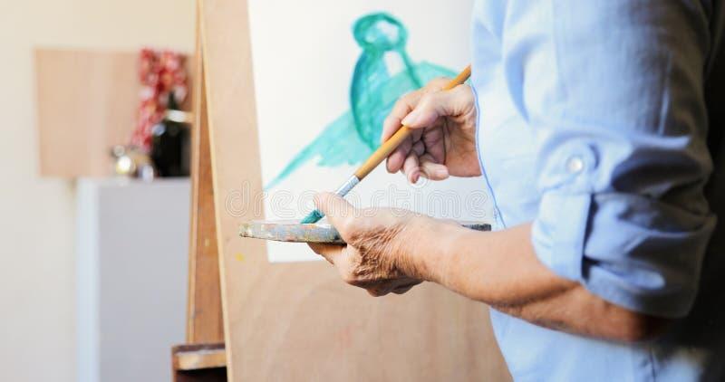 Art School Elderly People Taking grupp som lär att måla royaltyfri foto