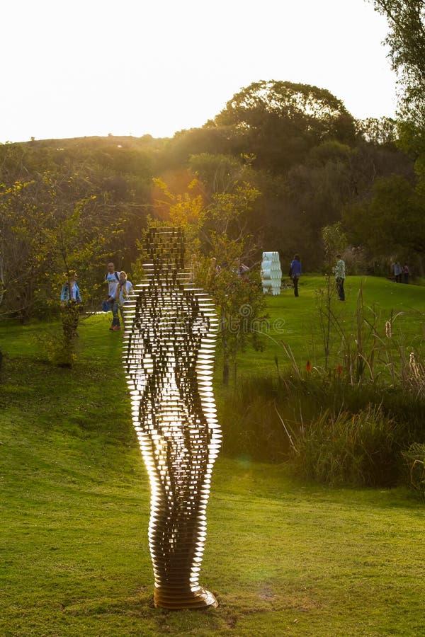 Art Sculpture Exhibition exterior no parque de Nirox fotos de stock