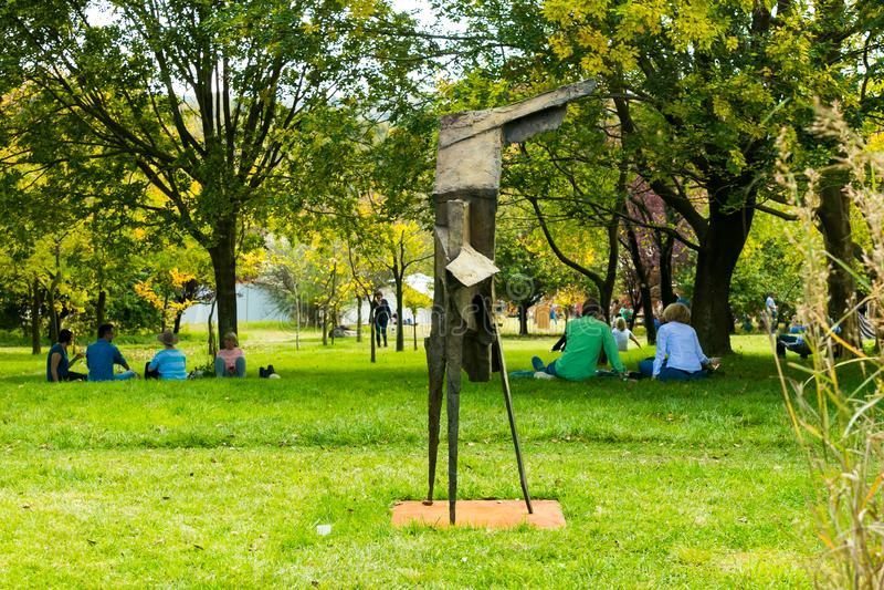 Art Sculpture Exhibition exterior no parque de Nirox imagem de stock royalty free