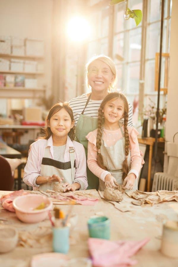 Art Teacher Posing com crianças imagens de stock