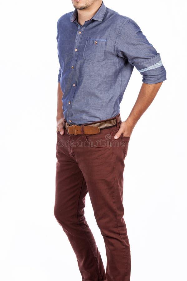 Art und Weise der Mann-legeren Kleidung der Mode m?nnliches Hemd lang?rmlig und Hosen, Foto gemacht auf wei?em Hintergrund stockbild
