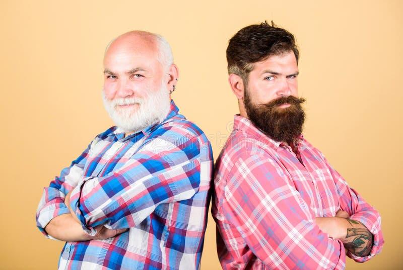 Art und Weise Friseursalon- und Friseursalon Jugend gegen hohes Alter vergleichen Ruhestand Vater- und Sohnfamilie generations-a stockbilder