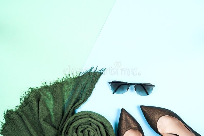 Art und Weise Kleidungs-Zubehörmode Satz Weibliche stilvolle Gummiüberschuhe stockfotos