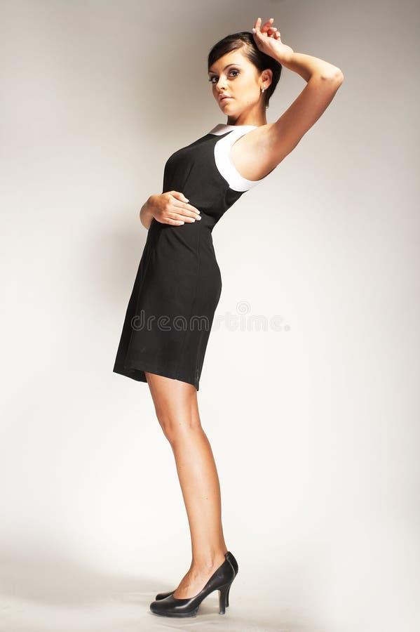Art und Weisebaumuster auf hellem Hintergrund im schwarzen Kleid lizenzfreies stockfoto