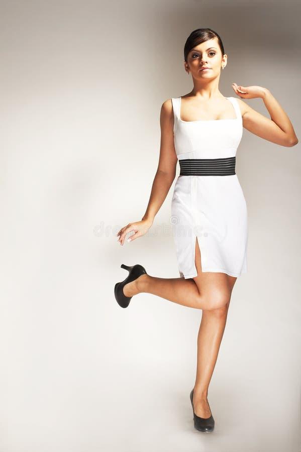 Art und Weisebaumuster aufgeworfen im weißen Kleid stockbild