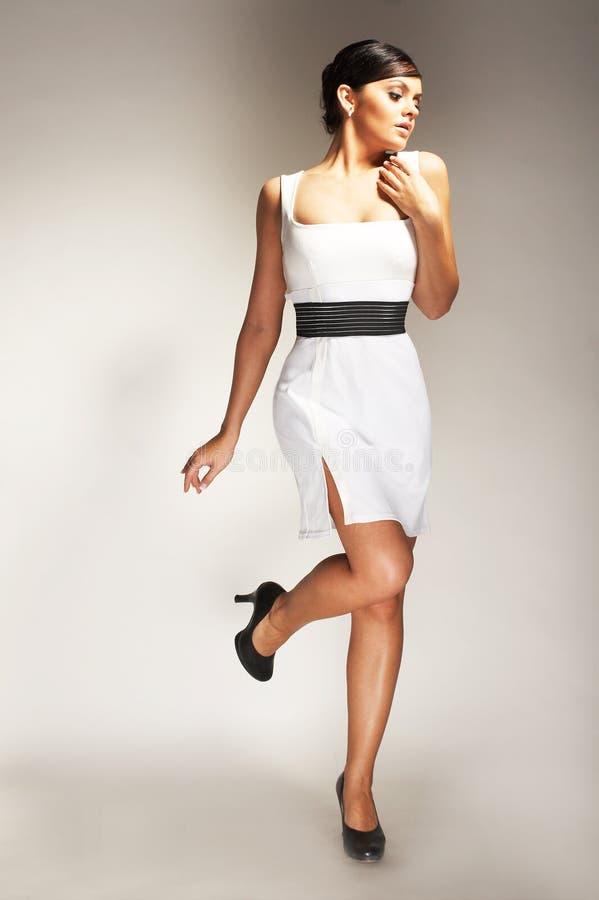 Art und Weisebaumuster aufgeworfen im weißen Kleid lizenzfreie stockfotos