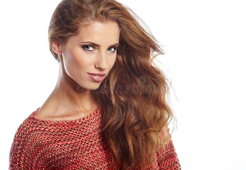 Art und Weisebaumuster mit dem langen geraden Haar Mode-Modell, das an s aufwirft stockfoto