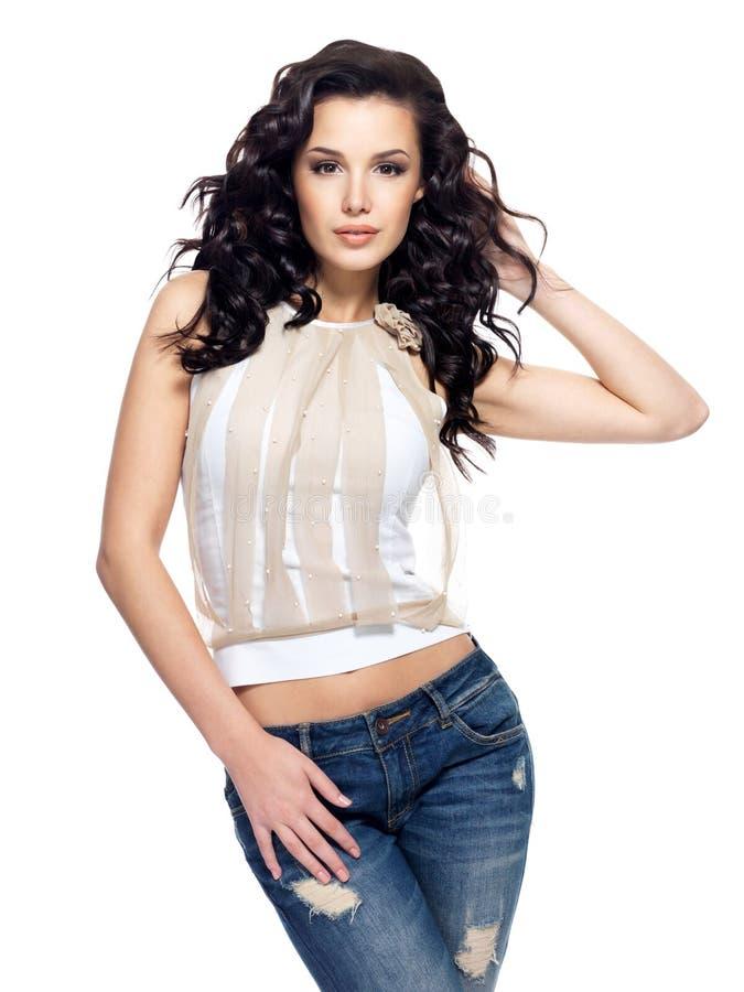 Art und Weisebaumuster mit dem langen Haar kleidete in der Blue Jeans an stockbilder