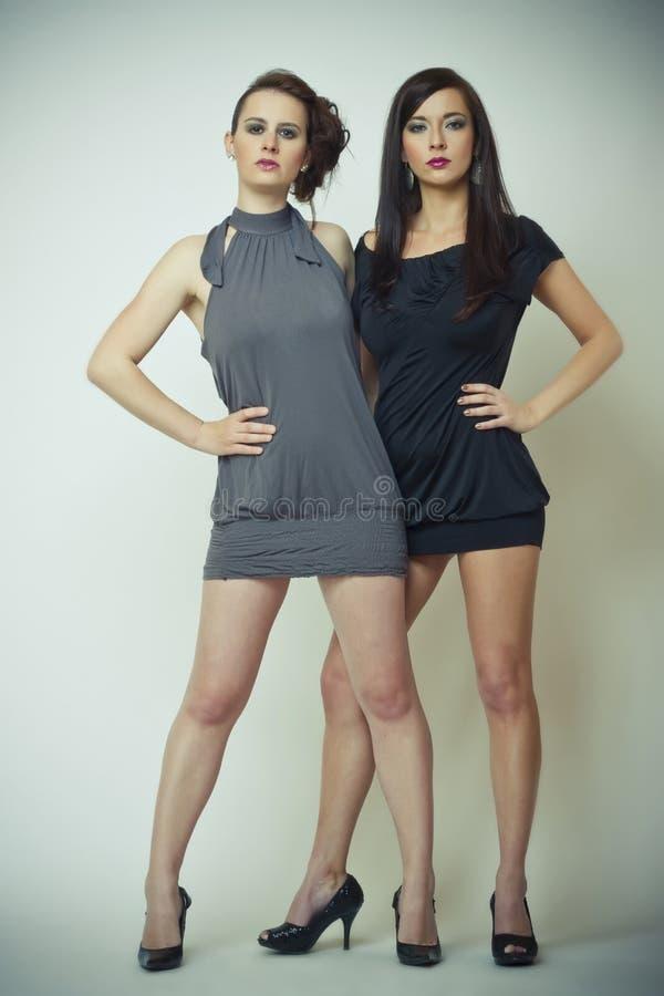 Art und Weisebild von zwei schönen jungen Frauen lizenzfreies stockfoto