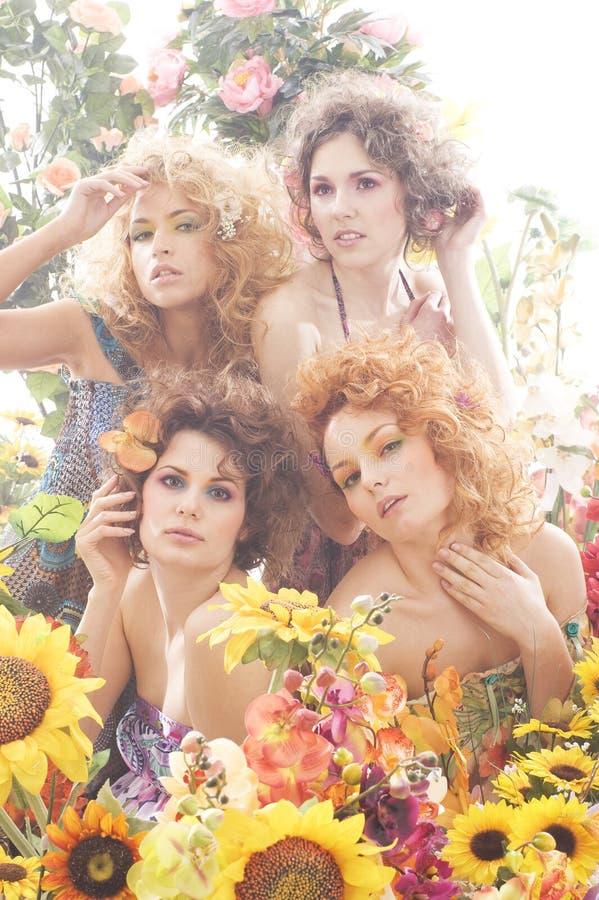 Art und Weiseeintragfaden von vier jungen Frauen lizenzfreie stockfotos
