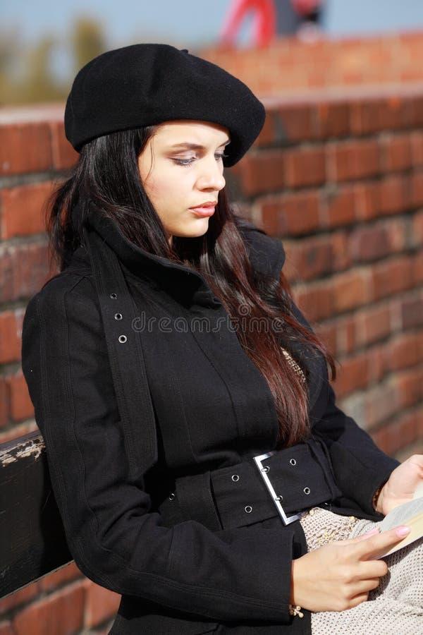 Art und Weisefrau in der Straße lizenzfreie stockbilder