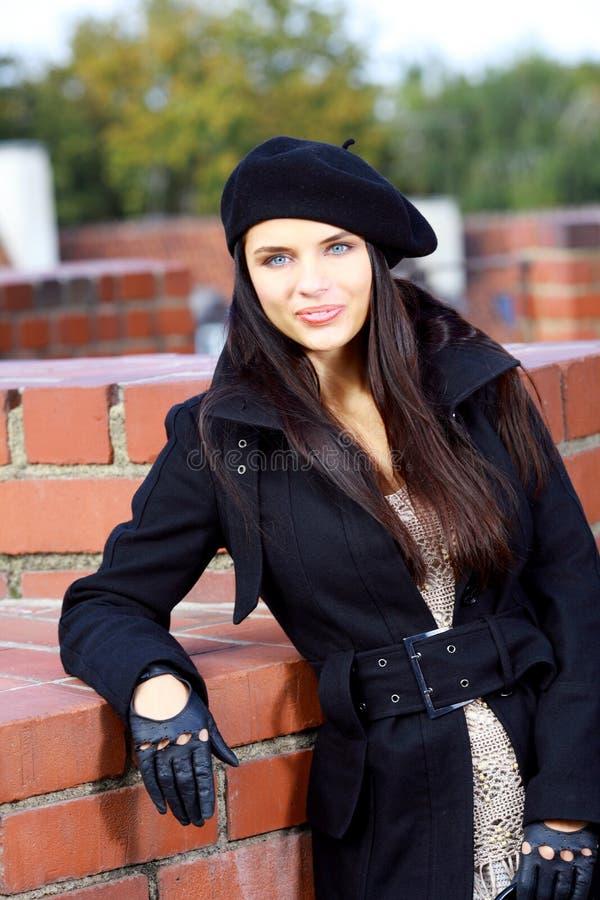 Art und Weisefrau in der Straße stockbild