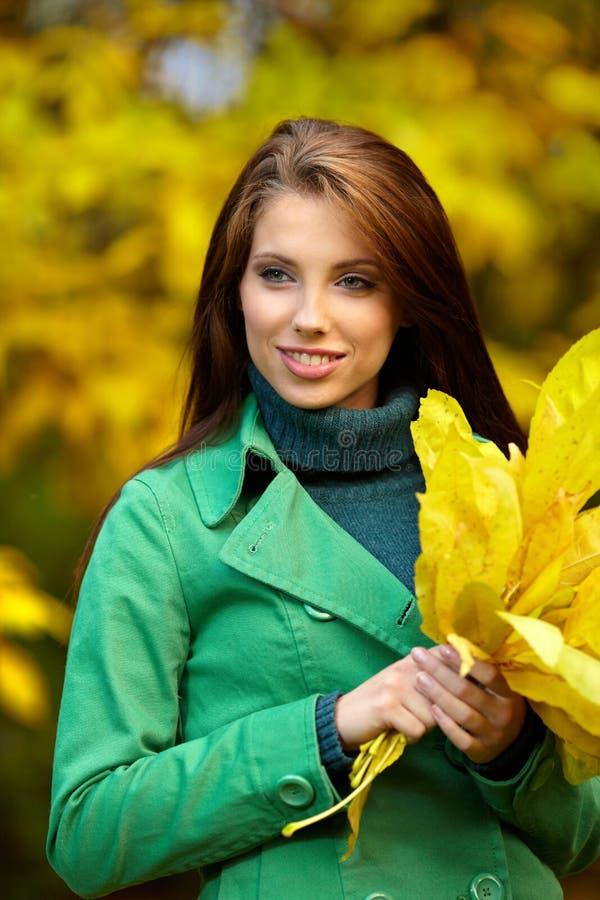 Art und Weisefrau im Herbstpark stockbild