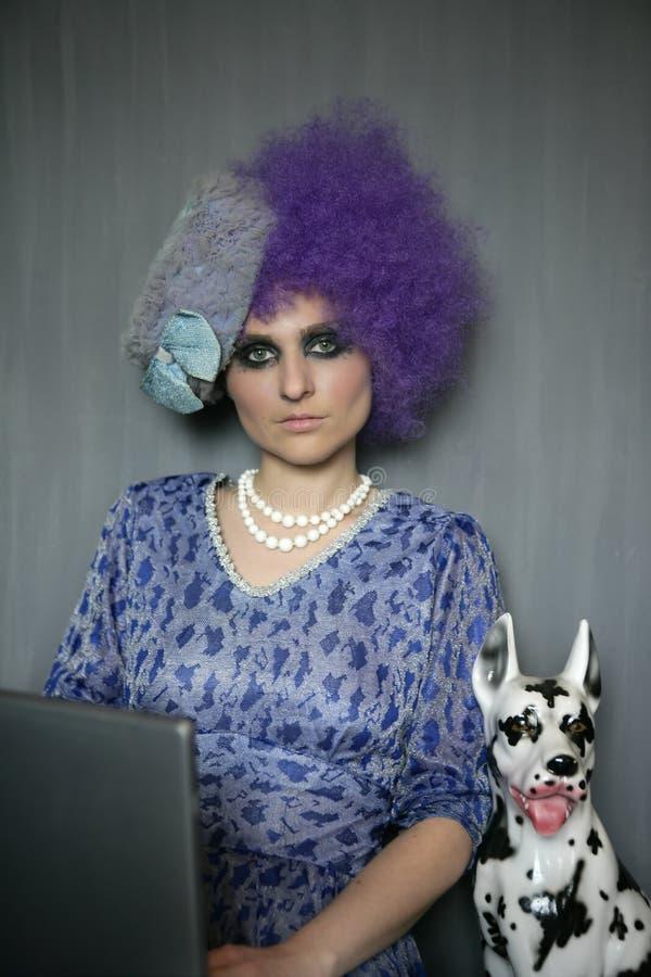 Art und Weisefrau mit Computer- und Dalmatinerhund lizenzfreie stockbilder