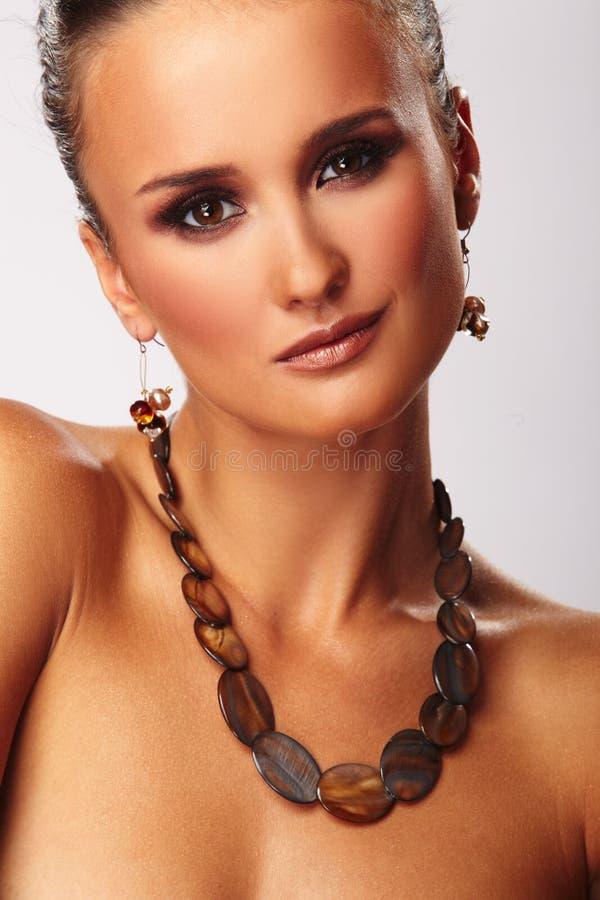 Art und Weisefrau mit Schmucksachen auf weißem Hintergrund lizenzfreies stockbild