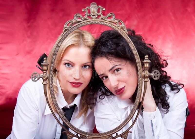 Art und Weisefrauen, die mit einem Retro- Feld aufwerfen lizenzfreies stockfoto