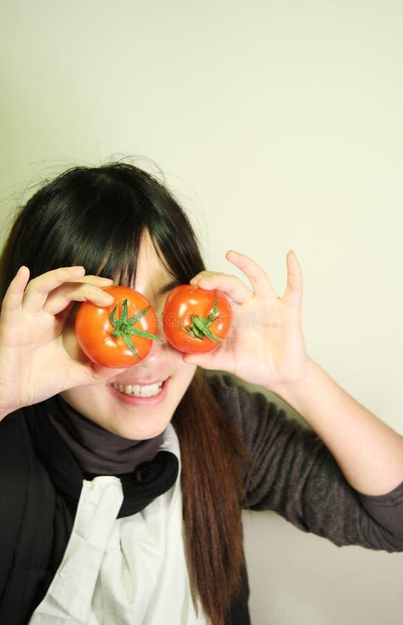 Art und Weisemädchen und -tomate stockfoto