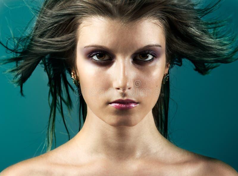 Art und Weisemädchenkopf mit dem geblasenen Haar stockfotos
