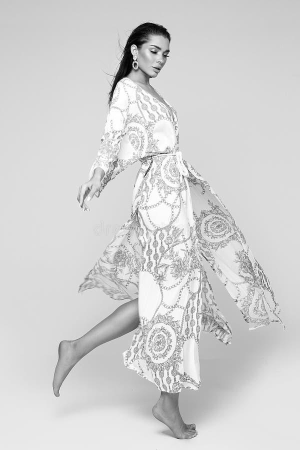 Art und Weiseportrait der eleganten Frau stockfotos