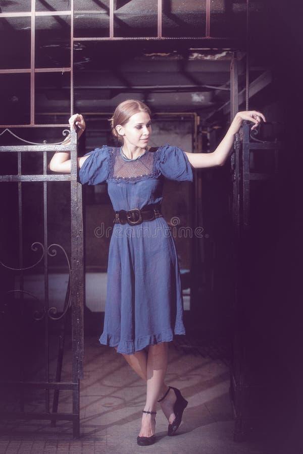 Art und Weiseportrait der schönen eleganten Frau stockfoto
