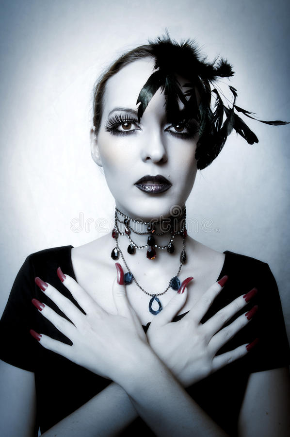 Art und Weiseportrait des Vampirs der jungen Frau stockfotografie