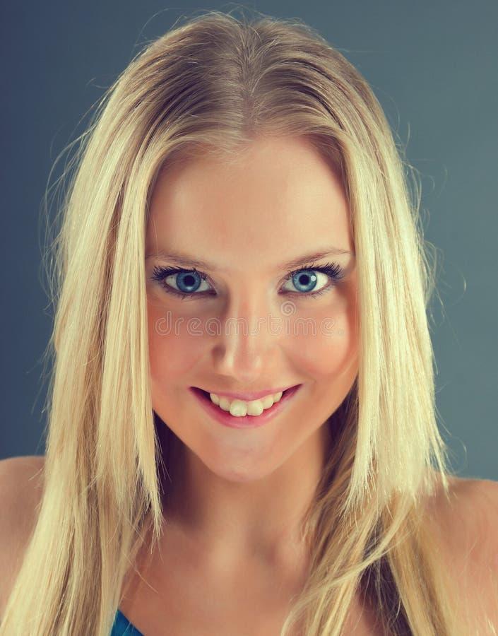Art und Weiseportrait eines schönen blonden Mädchens lizenzfreie stockfotos