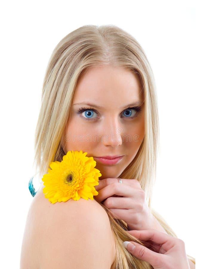 Art und Weiseportrait eines schönen blonden Mädchens stockfoto