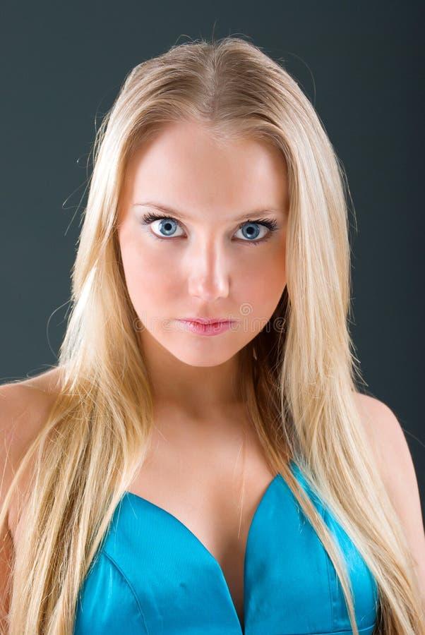 Art und Weiseportrait eines schönen blonden Mädchens lizenzfreie stockfotografie