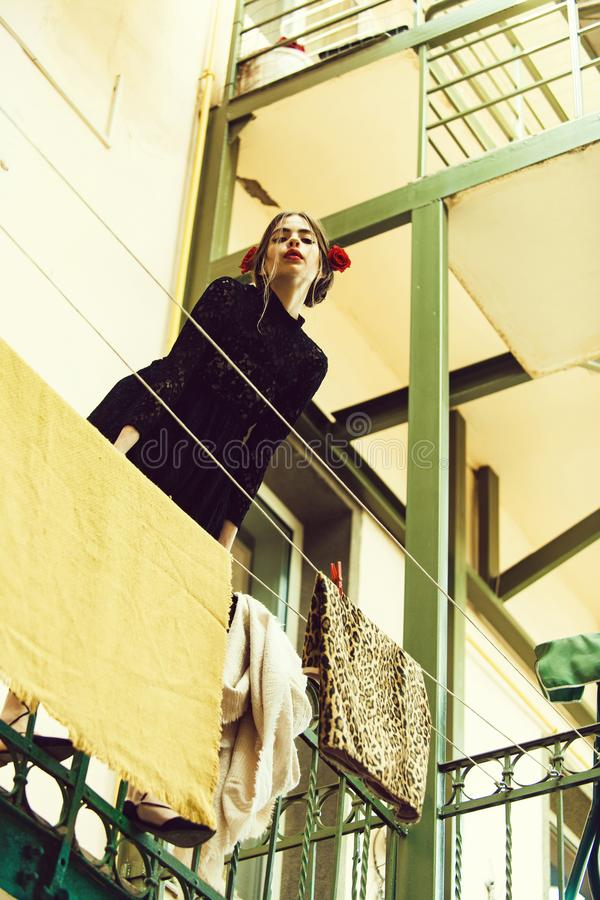 Art- und Weiseportrait hängende Kleidung des Mädchens auf Wäscheleine mit Klammer stockfoto