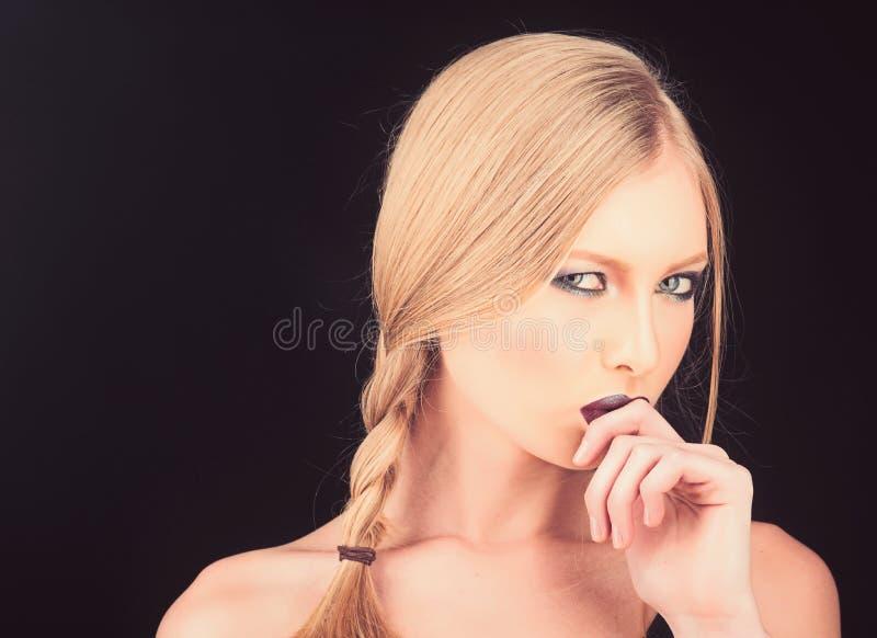 Art und Weiseschönheitsportrait des reizvollen Mädchens Sinnliche attraktive spielerische blonde Frau Spaßfrisurzöpfe und bilden lizenzfreie stockbilder